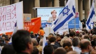 Cerca de 5 mil pessoas participaram de ato, que teve discurso da chanceler Angela Merkel.
