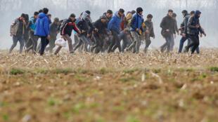 Migrantes carregam um homem ferido perto da fronteira entre Pazarkule e Kastanies, na região limítrofe entre a Turquia e a Grécia.04/03/2020