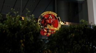 Quốc huy Trung Quốc tại trụ sở Văn phòng Liên lạc Bắc Kinh bị một số người biểu tình Hồng Kông ném mực tối 21/07/2019.
