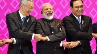 Từ trái sang: Các thủ tướng Lý Hiển Long (Singapore), Narendra Modi (Ấn Độ), Prayut Chan-O-Cha (Thái Lan) tại hội nghị thượng đỉnh ASEAN lần thứ 35 ngày 03/11/2019.