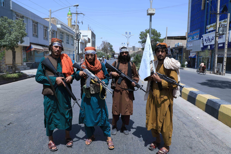 Combatientes talibanes en una calle de Herat, en Afganistán, el 19 de agosto de 2021