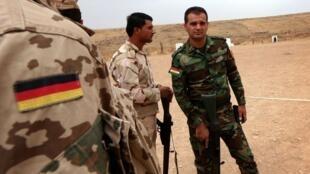 عکس آرشیو - ارتش آلمان در حال آموزش دادن پیشمرگههای اقلیم کردستان عراق برای استفاده از سلاحهای پیشرفته جهت مبارزه با داعش.