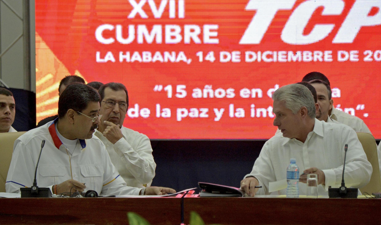Le président cubain, Miguel Diaz Canel (à droite), accompagné du président vénézuélien, Nicolas Maduro (à gauche), a fustigé la «politique d'agression et d'intervention» des États-Unis dans la région.