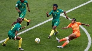 Les Camerounaises ont un temps neutralisé les Néerlandaises à Valenciennes, mais les championnes d'Europe ont fiini par faire la différence.