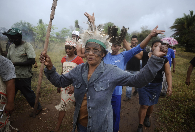 Membros da tribo Terena celebram no Mato Grosso do Sul reintegração de terra que pertencia a filho do ex-governador do estado, no dia 04 de outubro de 2013.