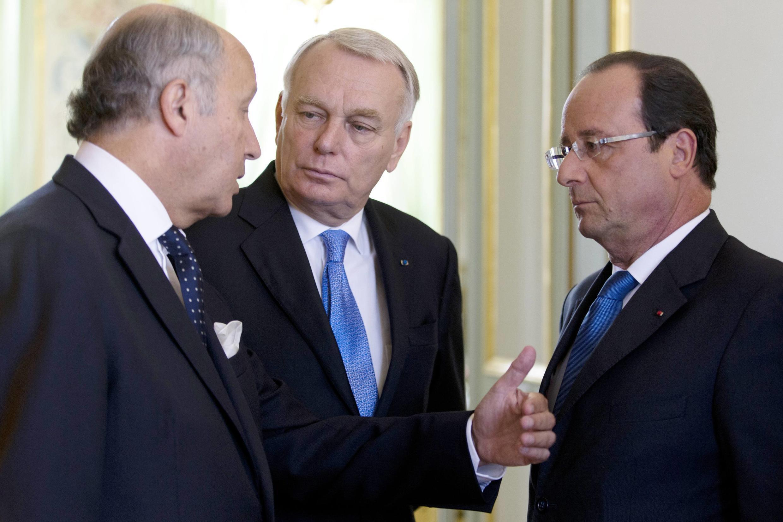 Франсуа Олланд с премьер-министром Эро и министром иностранных дел Фабиусом перед совещанием Национального совета обороны, 28 августа 2013 г