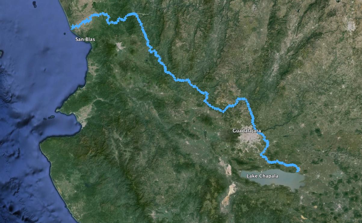 El río Grande de Santiago nace en el lago de Chapala y desemboca en San Blas, Nayarit, en el Pacífico, tiene una longitud de 562 kilómetros.
