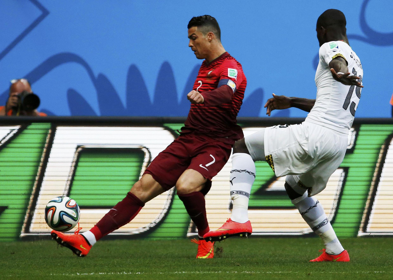Mshambulizi wa Ureno Cristiano Ronaldo akimchenga mchezaji wa Ghana