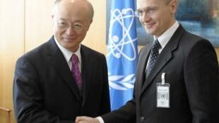 Giám đốc AIEA Yukiya Amano (trái) và giám đốc tập đoàn hạt nhân Nga Rosatom, Sergei Kirienko - Reuters / H. Prammer