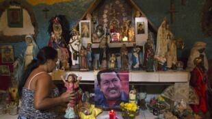 Simpatizantes rezam por Chávez em Caracas.
