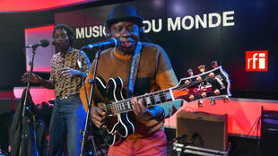 Kiala with vocalist Swala Emati live on RFI's Musique du Monde.