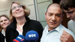 Saúl Luciano Lliuya, fermier péruvien (à droite), au Tribunal de Hamm (Allemagne), le 13 novembre 2017.