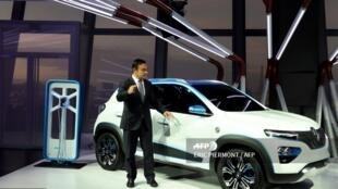 Chủ tịch liên minh xe hơi Renault-Nissan-Mitsubishi, ông Carlos Ghosn (tổng giám đốc Renault) giới thiệu với báo giới mẫu xe điện mới Renault K-ZE, cho thị trường Trung Quốc, Triển lãm Paris trước khai mạc, ngày 1/10/2018.