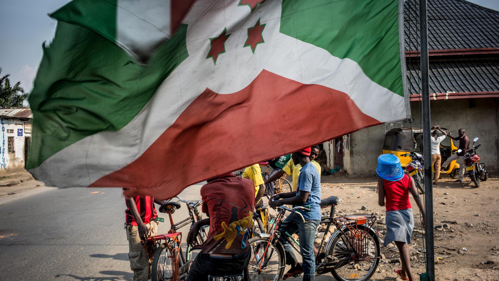 Waendesha baisikeli za kukodiwa wakiwa chini ya bendera ya Burundi huko Cibitoke, moja ya wilaya za Bujumbura, Juni 22, 2015 (picha ya kumbukumbu).