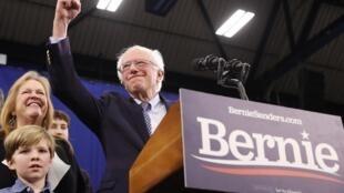 O Senador e candidato democrata à eleição presidencial americana, Bernie Sanders,acompanhado pela sua esposa Jane O'Meara Sanders e alguns parentes quando discursava para as primárias  no comício em Manchester,no New Hampshire.11de Fevereiro de 2020