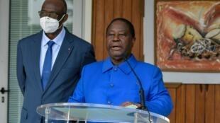L'ancien président Henri Konan Bedié a prononcé un discours après son élection comme candidat du PDCI (sur la photo aux côtés du président du parti Maurice Kakou Guikawe) à la prochaine élection présidentielle en Côte d'Ivoire le 31 octobre 2020.