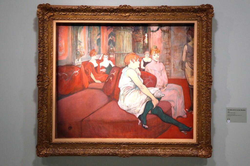 Cette photo prise le 8 octobre 2019 montre une huile sur toile datée de 1889: «Au salon de la rue des Moulins», dans le cadre de l'exposition «Toulouse Lautrec - Résolument moderne» au Grand Palais à Paris.