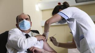 Премьер-министр Жан Кастекс привился вакциной AstraZeneca 19 марта 2021. «Я ничего не почувствовал, хотя я немного неженка», — признался премьер журналистам.