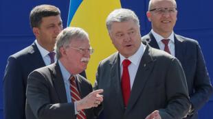 پترو پوروشنکو رئیس جمهوری اوکراین و جان بولتون مشاور امنیت ملی رئیس جمهوری آمریکا در کییف