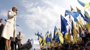 乌克兰前总理反对派领导人尤丽娅季莫申科在基辅抗议俄军基地延长的集会上讲演