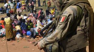 Un soldado francés de la Operación Sangaris en República Centroafricana, país donde soldados franceses y africanos habrían abusado sexualmente de menores.