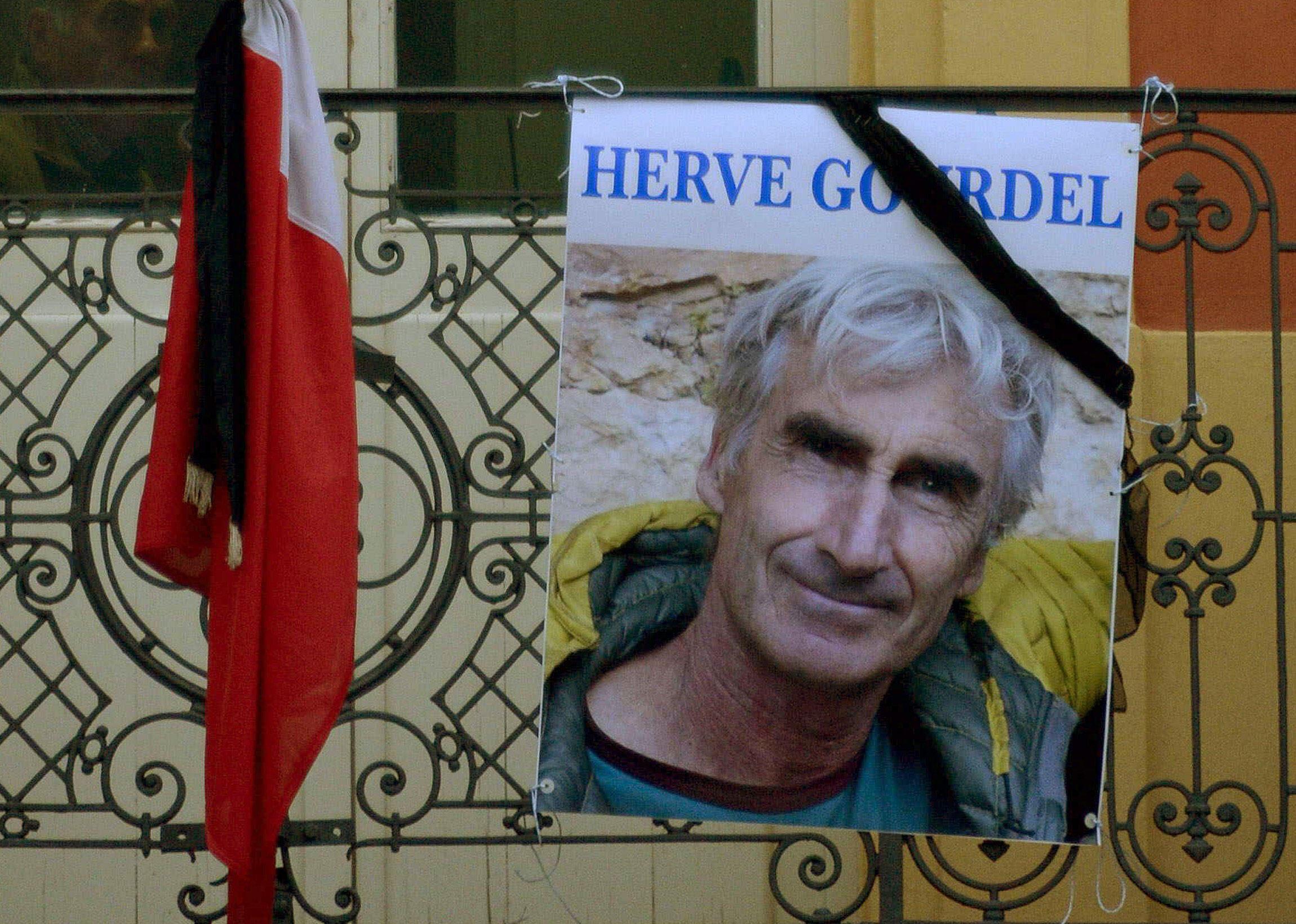 Un portrait de l'otage français assassiné Hervé Gourdel devant la mairie de Saint-Martin-Vesubie, le village où il résidait.