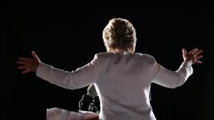 Клинтон призвала американцев в Форт-Лодердейл проголосовать пораньше (early vote), хотя сама приехала на митинг слишком поздно. 2 ноября 2016, Флорида