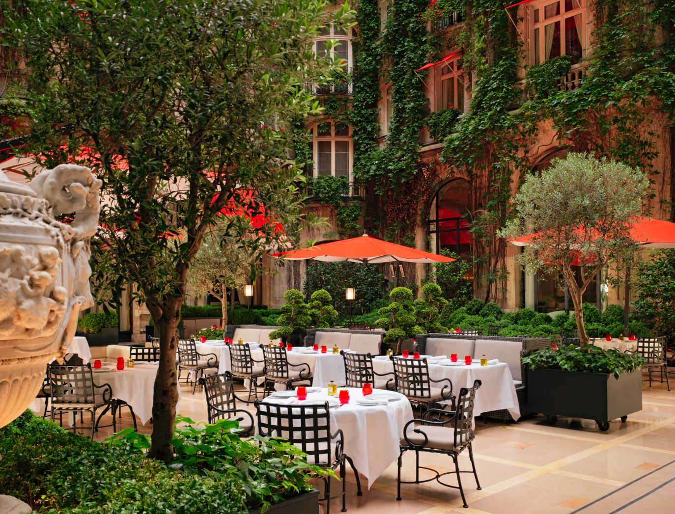 Терраса La Cour Jardin в отеле Plaza Athénée