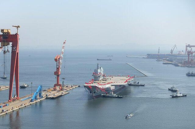 Tàu sân bay do Trung Quốc tự chế ra mắt tại cảng Đại Liên (Dalian), ngày 26/04/2017.