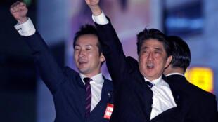 O Primeiro - ministro japonês, Shinzo Abe, celebra a vitória da sua coligação