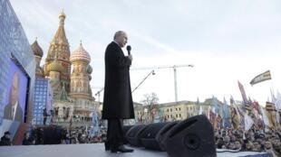 Le président russe Vladimir Poutine s'adresse à la foule lors d'un rassemblement visant à marquer le premier anniversaire de l'annexion de la Crimée, le 18 mars 2015, à Moscou.