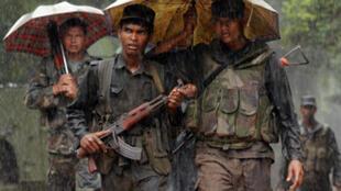 Des soldats sri-lankais près de Mullaittivu, l'ancien quartier général militaire des Tigres tamouls,  le 27 janvier 2009.
