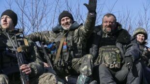 Militares ucranianos deixam Debaltseve, na Ucrânia, em foto desta quarta-feira, 18 de fevereiro de 2015.
