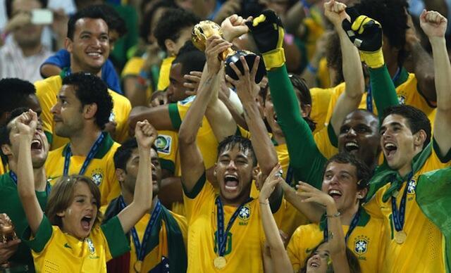 Mchezaji wa Brazil Neymar akinyanyua juu kombe baada ya kuishinda Uhispania 3-0