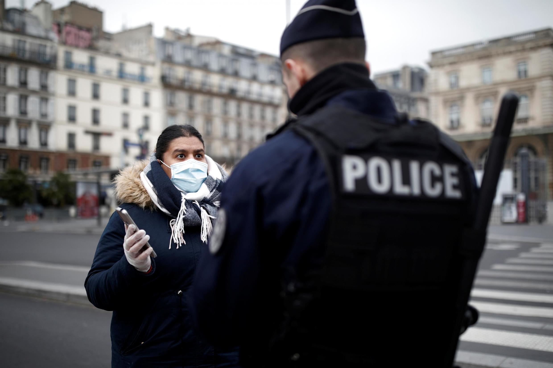 Polícia francês controla deslocações perto de estação ferroviária parisiense Gare de l'Est, a 17 de Março de 2020.