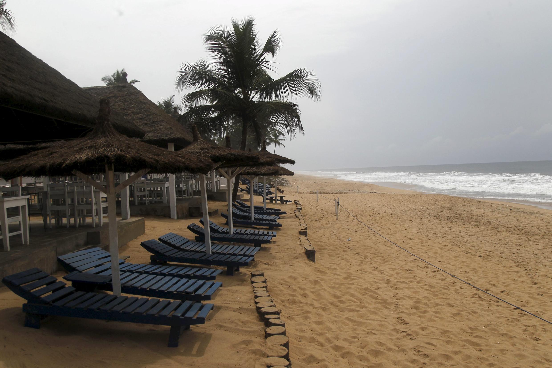 Plage vide à Grand-Bassam en Côte d'Ivoire avec l'attaque qui a visée cette station balnéaire, le 13 mars 2016.