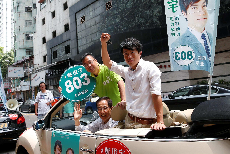 2016年9月4日香港立法会选举投票,民主党超级区议会选区候选人邝俊宇(右)与民主党创始人李柱铭(左下)及民主党资深政治人士张文光沿街拜票。
