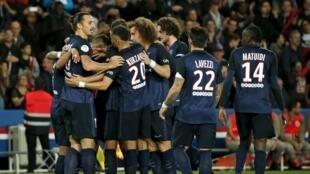 Jogadores do PSG comemoram gol sobre o Toulouse, no Parc des Princes.