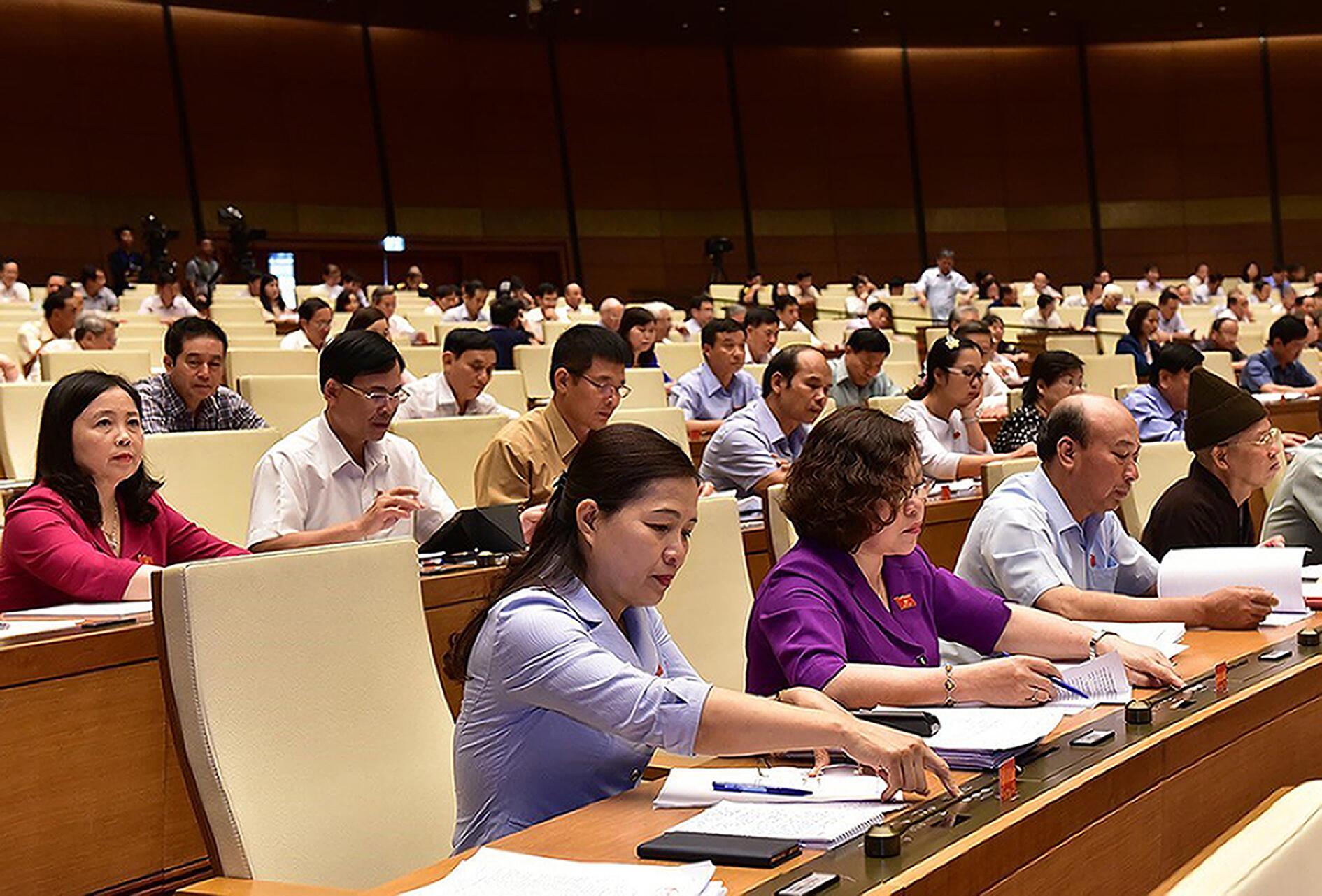 Các đại biểu Quốc Hội Việt Nam thông qua Luật An ninh mạng ngày 12/06/2018i.