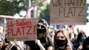 Plusieurs milliers de personnes ont manifesté ce dimanche 20 septembre à Berlin. «Nous avons de la place», peut-on lire sur les pancartes.