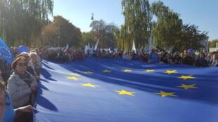 Devant la Cour suprême polonaise, les manifestants ont déployé un grand drapeau européen, à Varsovie, le 13 octobre 2018.