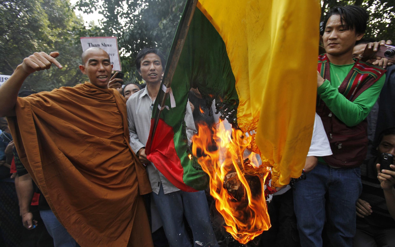 Hàng trăm người Miến Điện biểu tình tại New Delhi (Ấn Độ) ngày hôm qua, thứ tư (03/11), yêu cầu trả tự do cho các nhà chính trị đối lập, trước cuộc bầu cử.