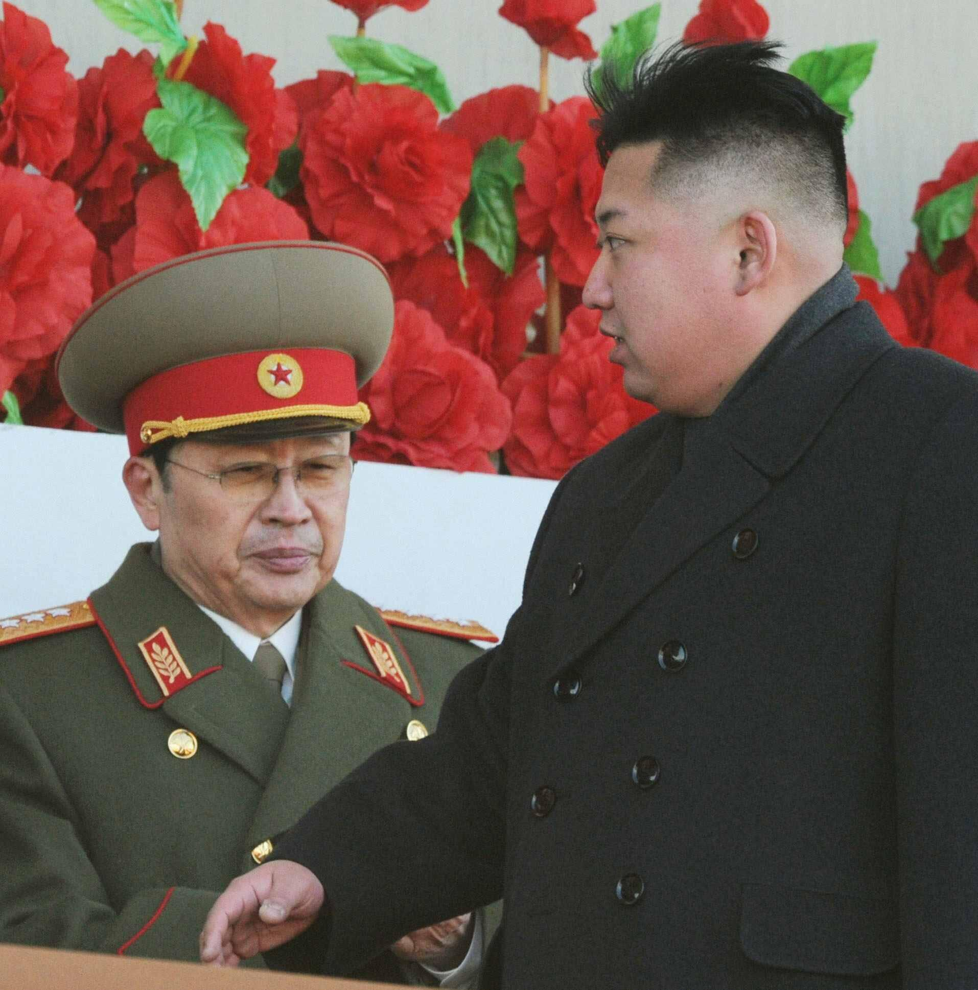 Lãnh đạo Bắc Triều Tiên Kim Jong-un (P) và ông Jang Song-taek, Bình Nhưỡng, ngày 16/02/2012