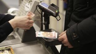 Retrait d'euro dans un bureau de change de Vilnius, le 1er janvier 2015.