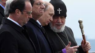 Les présidents français, chypriote, russe et le patriarche de l'Eglise arménienne Garéguine II quittent le mémorial d'Erevan après la cérémonie.