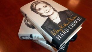 O livro «Hard choices» (Escolhas difíceis) de Hillary Clinton.