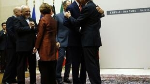 Os ministros americano, chinês, russo, francês, britânico e alemão, assim como o chanceler iraniano e a chefe da diplomacia europeia celebram a conclusão do acordo neste 24 de novembro de 2013, em Genebra.