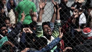 Em centro de refugiados na ilha de Lebos, migrantes protestam contra expulsão para a Turquia.