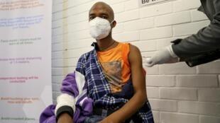 À l'hôpital Baragwanath de Soweto, en Afrique du Sud, un volontaire reçoit une injection d'un potentiel traitement contre le nouveau coronavirus, le 24 juin 2020.