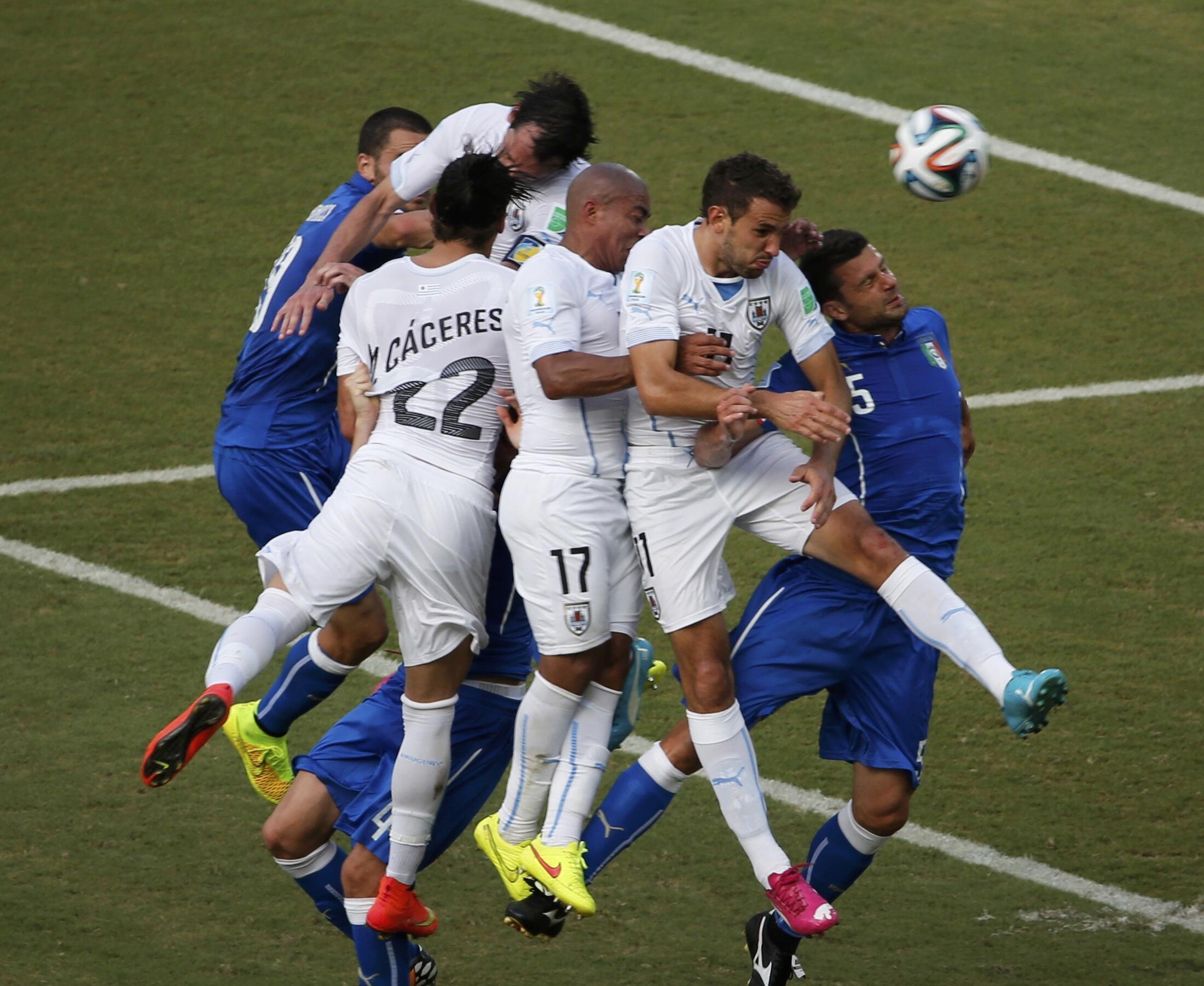 Cầu thủ Diego Godin dội bóng vào khung thành đối phương ở phút 82 - REUTERS /Carlos Barria